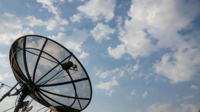 vídeos y material grabado en eventos de stock de 4k: lapso de tiempo de antena parabólica con nubes en fondo de cielo azul - antena parte del cuerpo animal