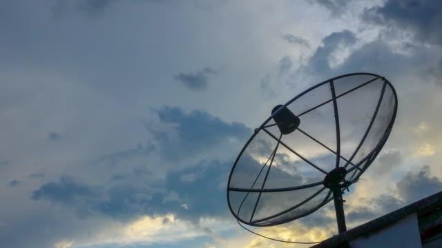 vídeos y material grabado en eventos de stock de 4k: lapso de tiempo de antena parabólica con nubes de sol establece fondo - antena parte del cuerpo animal