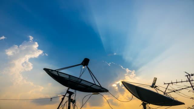 vídeos y material grabado en eventos de stock de 4k: lapso de tiempo de antena parabólica con nubes en fondo de subida sol - antena parte del cuerpo animal