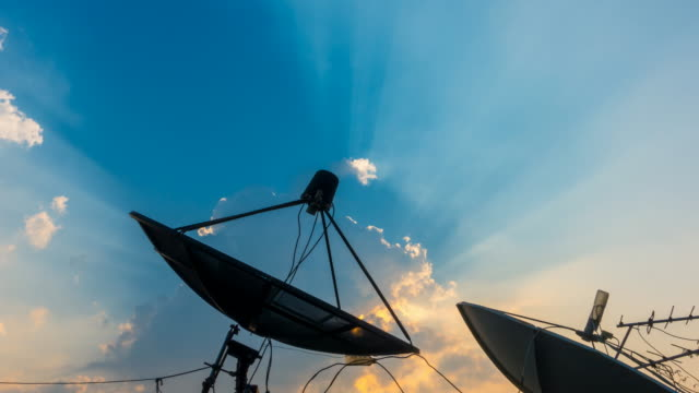 vídeos y material grabado en eventos de stock de 4k: lapso de tiempo de antena parabólica con nubes en el fondo de la subida de sol (tiro de zoom) - antena parte del cuerpo animal