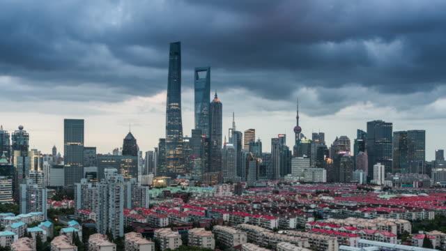 vídeos de stock e filmes b-roll de time lapse of shanghai at dusk - estrutura construída