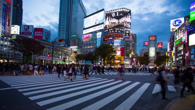 zeitraffer von shibuya-kreuzung, tokio, japan - bahnreisender stock-videos und b-roll-filmmaterial