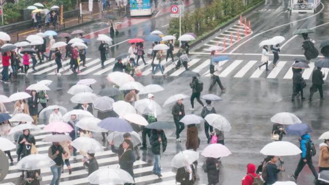 Zeit Ablauf von Shibuya regnet Tag Menschen zu Fuß in der Shibuya-Kreuzung