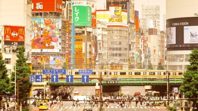 vídeos de stock, filmes e b-roll de lapso de tempo do shinjuku cruzamento em tóquio - multidão violenta