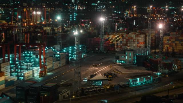 vídeos y material grabado en eventos de stock de 4k lapso de tiempo del puerto industrial de envío con containers.import y exportación de negocios internacionales de carga. big cranes descarga y carga contenedores en camiones por la noche. - embarcación de pasajeros