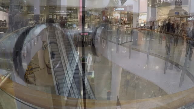 vídeos de stock, filmes e b-roll de time lapse of shoppers in a mall - viciado em compras