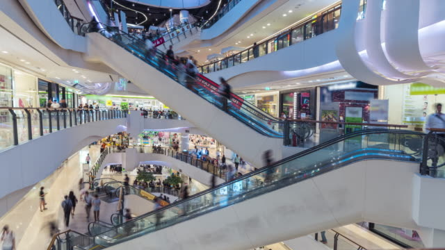 vídeos de stock e filmes b-roll de time lapse of shopping mall escalator - comércio consumismo