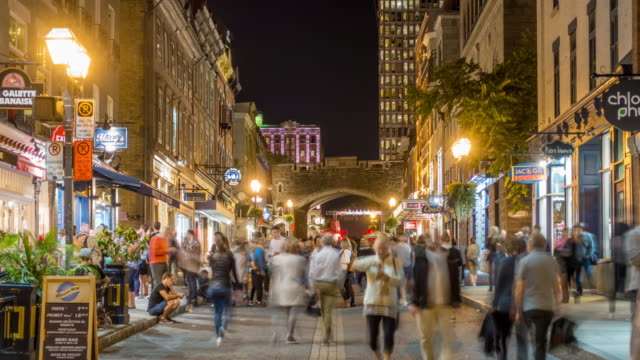 vídeos de stock e filmes b-roll de 4k time lapse of shopping street in old town area in quebec  city, canada - montréal