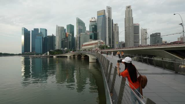 Laps de temps du quartier d'affaires de Singapour au centre-ville au matin dans zoom out tir