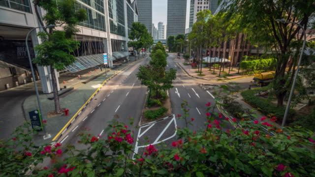 vídeos y material grabado en eventos de stock de lapso de tiempo de singapur tráfico de la ciudad. señales de tráfico, luces y árboles alrededor de la calle. - avenida