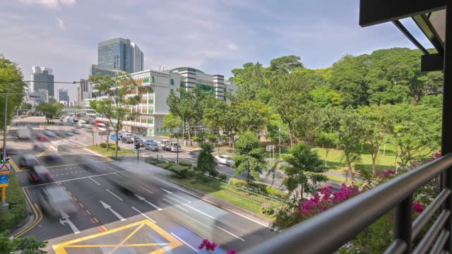 stockvideo's en b-roll-footage met time lapse van singapore verkeer van de stad. verkeersborden, verlichting en bomen rond de straat. - brede straat