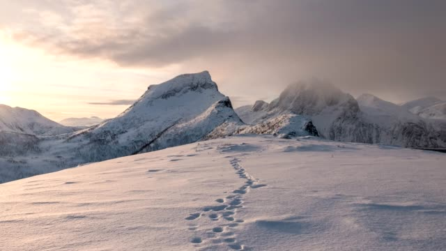 time lapse of snowy mountain range with footprint on snow at sunrise morning - sentiero video stock e b–roll