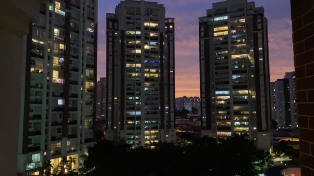 vídeos de stock, filmes e b-roll de lapso de tempo da cidade de são paulo no pôr do sol - crepúsculo