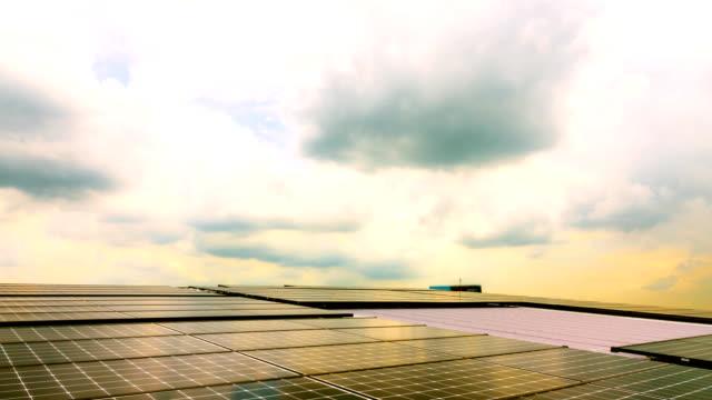 Time-lapse van zonne-energiecentrale bij zonsondergang.