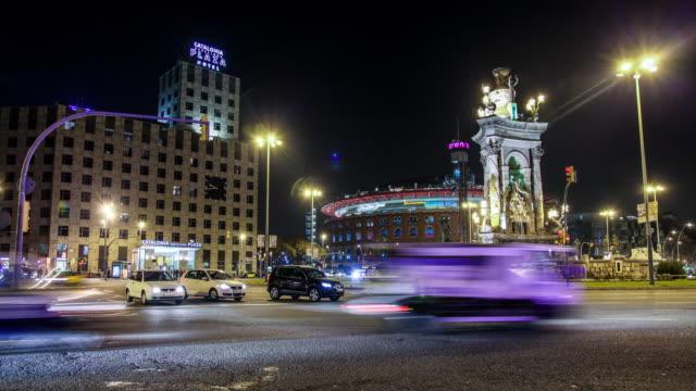 vídeos y material grabado en eventos de stock de time lapse of square with traffic in barcelona at night - monumento