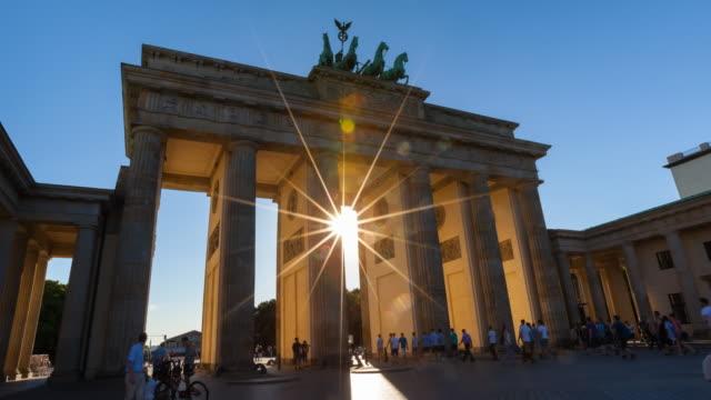 Time Lapse of sun shining through Brandenburg Gate, zoom out