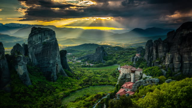 vidéos et rushes de time lapse of sunbeams over meteora in greece time lapse of sunbeams over meteora in greece time lapse of sunbeams over meteora in greece time lapse - site classé au patrimoine mondial de l'unesco
