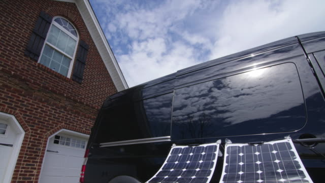 stockvideo's en b-roll-footage met time lapse of sunlight and solar panel and house - alternatieve brandstofvoertuig