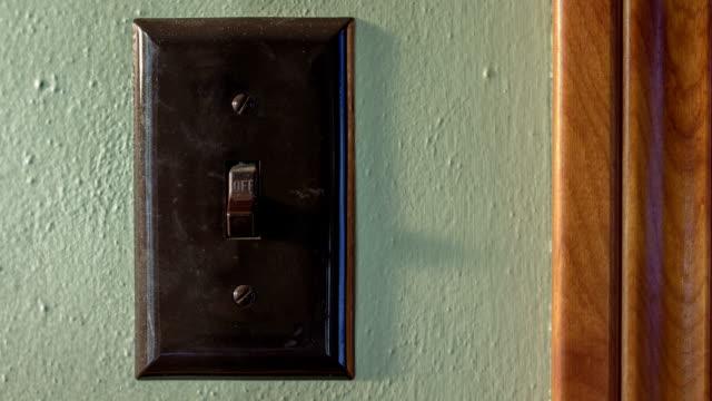 vidéos et rushes de laps de temps de déplacement au fil de l'interrupteur d'éclairage la lumière du soleil - switch