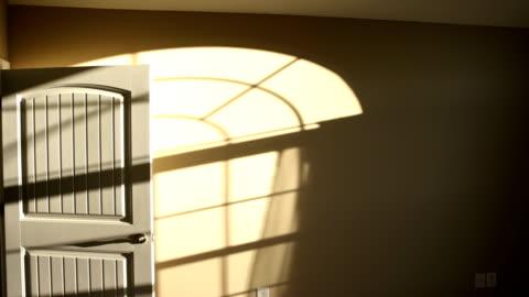 vídeos y material grabado en eventos de stock de time lapse of sunlight shadow on a wall inside home - sombra