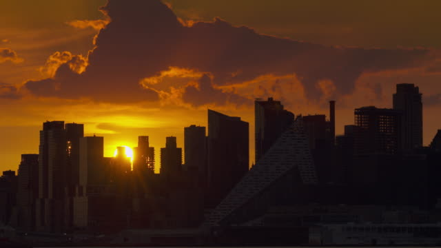 time lapse of sunrise above upper west side skyline on a summer morning in new york city. - sonnenaufgang stock-videos und b-roll-filmmaterial