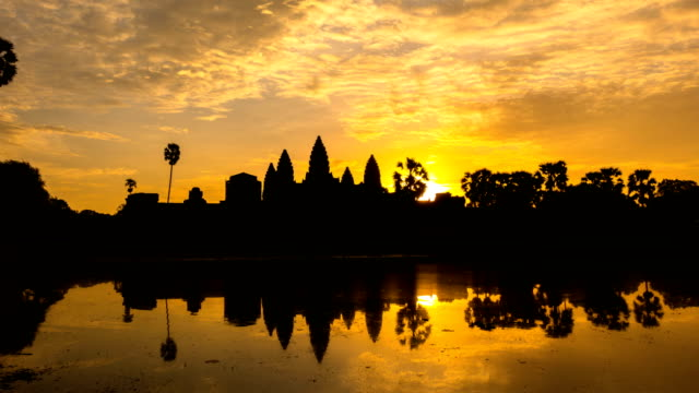 vídeos de stock e filmes b-roll de time lapse of sunrise at ankor wat, siem reap, cambodia - camboja