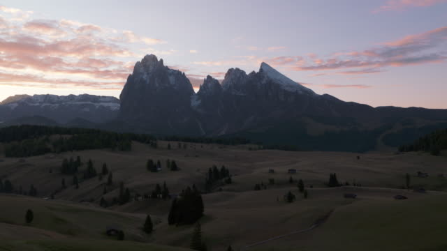 time lapse of sunrise at seiser alm (alpe di siusi). in background are the mountains langkofel, fünffingerspitze and plattkofel. seiser alm, south tyrol, alto adige, trentino-alto adige, dolomites, italy, european alps, europe. - langkofel stock videos & royalty-free footage