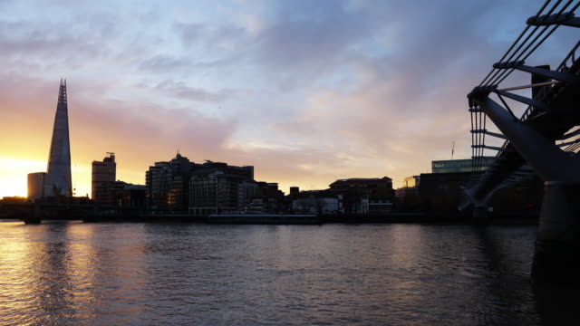 time lapse of sunrise breaking over the river thames with a view of millennium bridge and the shard - city von london stock-videos und b-roll-filmmaterial