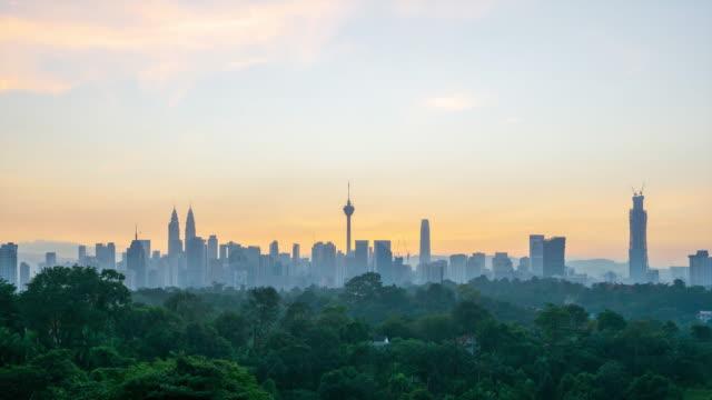 4k time lapse of sunrise over downtown kuala lumpur, malaysia. - メナラクアラルンプールタワー点の映像素材/bロール