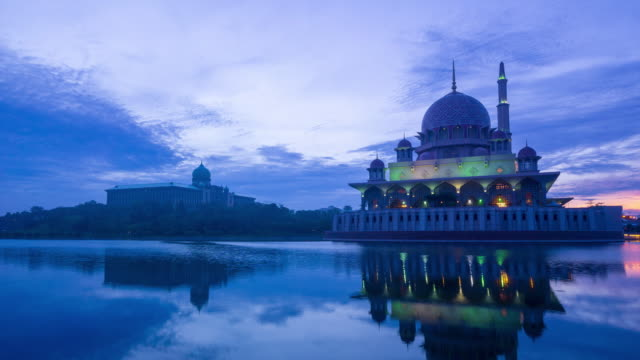 4k time lapse of sunrise over putra mosque in putrajaya, malaysia. - moschea video stock e b–roll