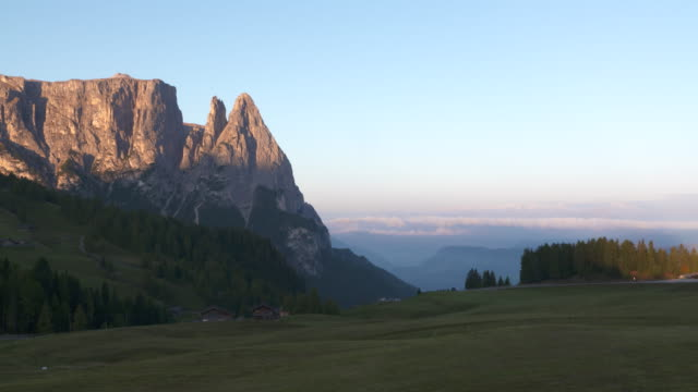 time lapse of sunrise. the schlern massif or sciliar massif seen from the seiser alm (alpe di siusi). seiser alm, schlern, santnerspitze, alto adige, trentino-alto adige, south tyrol, dolomites, italy, europe. - seiser alm stock videos & royalty-free footage