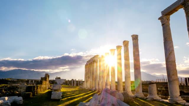 zeitraffer sonnenuntergang in laodizea antiken stadt auf dem lycus in pamukkale region - antike kultur stock-videos und b-roll-filmmaterial