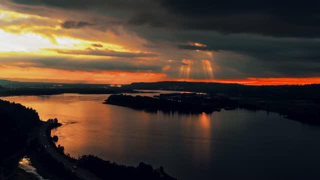 time lapse of sunset on the columbia river gorge, east of portland, oregon - portland oregon点の映像素材/bロール