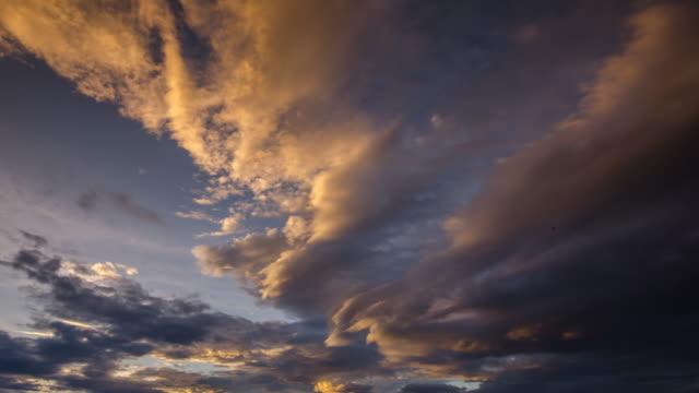 Tijd Lapse van zonsondergang op de hemel met bewolkt