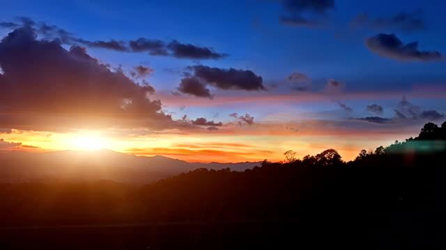 vídeos de stock, filmes e b-roll de tempo lapso do pôr do sol no céu com nublado - acabando