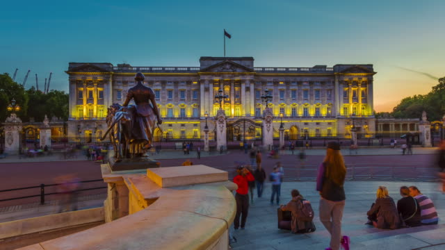 vídeos de stock, filmes e b-roll de time lapse of sunset over buckingham palace in london. - palácio de buckingham