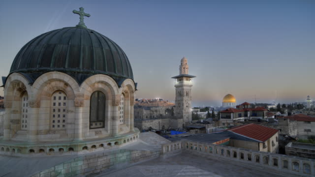 time lapse of sunset over jerusalem rooftops, including dome of the rock - jerusalem stock-videos und b-roll-filmmaterial