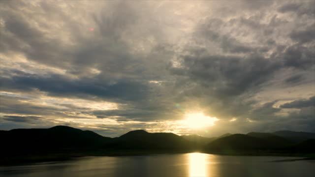 vídeos de stock, filmes e b-roll de 4 k de lapso de tempo do pôr do sol sobre a barragem na província de chiang mai-tailândia - dam