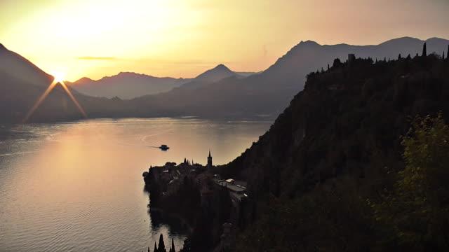 Zeitraffer der Sonnenuntergang über Varenna am Comer See, Italien