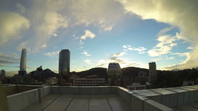 vídeos y material grabado en eventos de stock de time lapse of sunset shot from rooftop at santiago de chile - tejado