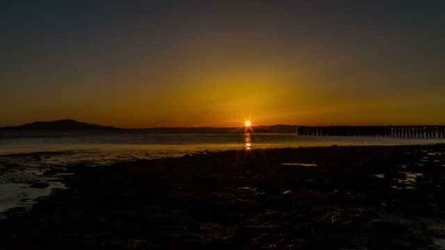 time lapse of sunset shot from san francisco shore,ca,usa - 太平洋点の映像素材/bロール