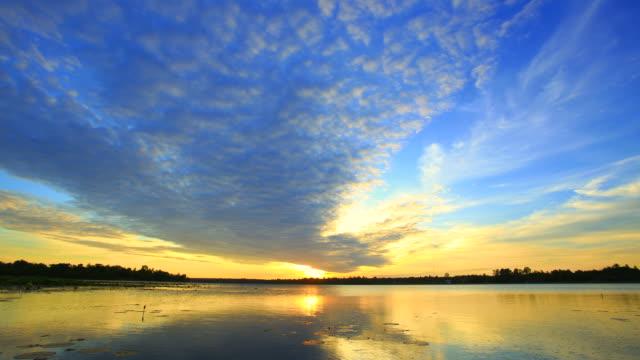 vídeos de stock, filmes e b-roll de time lapse do pôr-do-sol - lago reflection