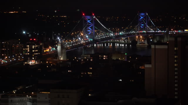 vídeos de stock e filmes b-roll de time lapse of the benjamin franklin bridge at night - philadelphia, pa - ponte ben franklin