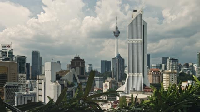 vidéos et rushes de laps de temps du quartier d'affaires à kuala lumpur, malaisie - tour menara kl