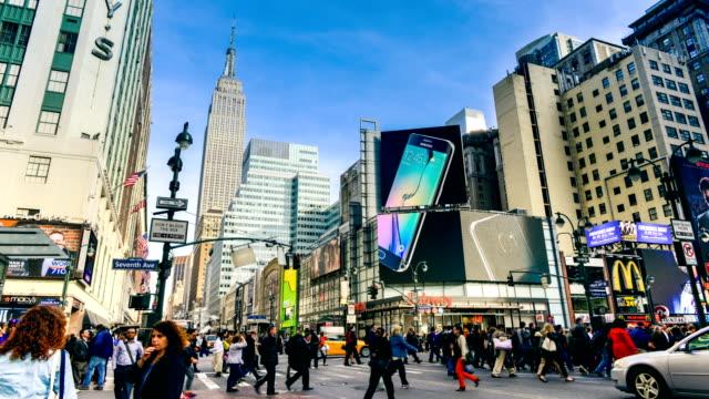 vidéos et rushes de time-lapse de l'animation des rues de new york avec vue sur l'empire state building - empire state building