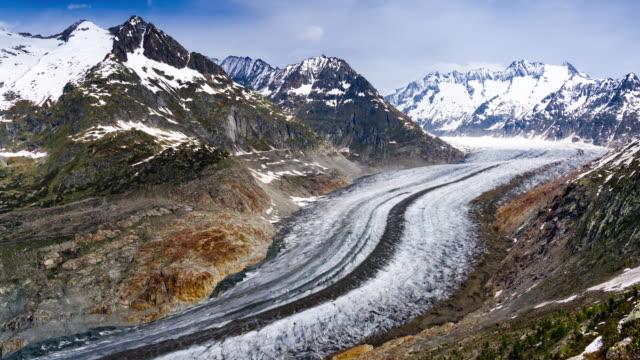 zeitraffer des berühmten unesco-welterbes aletschgletscher in den schweizer alpen - alpen stock-videos und b-roll-filmmaterial