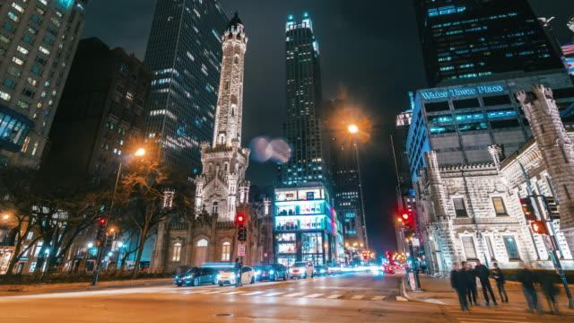 vídeos de stock, filmes e b-roll de lapso de tempo da milha magnífica no nighttime em chicago - metrô de chicago