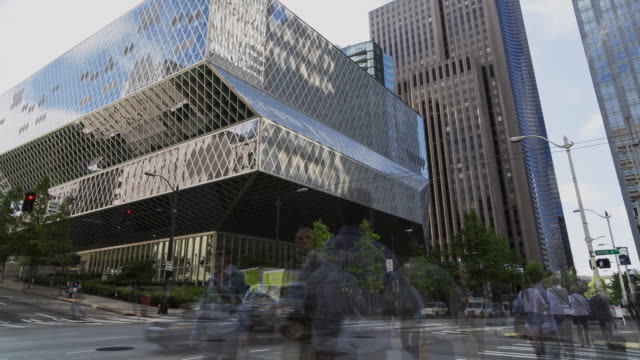 w/s time lapse of the main branch of the seattle public library with car and pedestrian traffic in the foreground - filiz stock videos & royalty-free footage