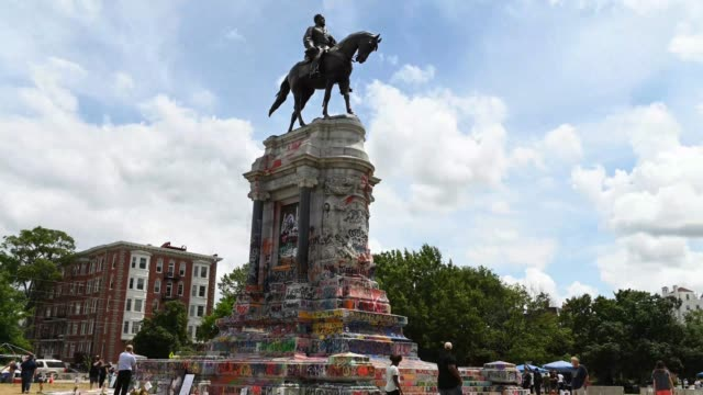 vídeos y material grabado en eventos de stock de time lapse of the monument to confederate general robert e lee has been covered with graffiti by black lives matter protesters. - estatua