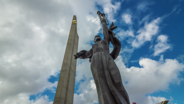 stockvideo's en b-roll-footage met time lapse of the obelisk â«minsk is the hero-cityâ» with statue. belarus. - communisme